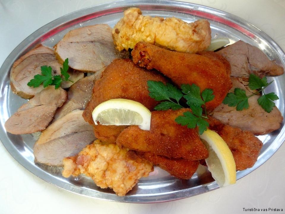 Mesna plošča: Ocvrt piščanec, pariški puran, svinjska pečenka