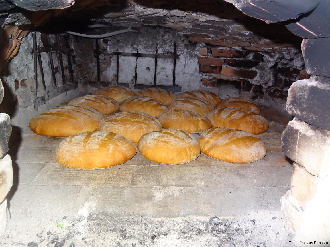 Kruh v krušni peči Pr Okornu