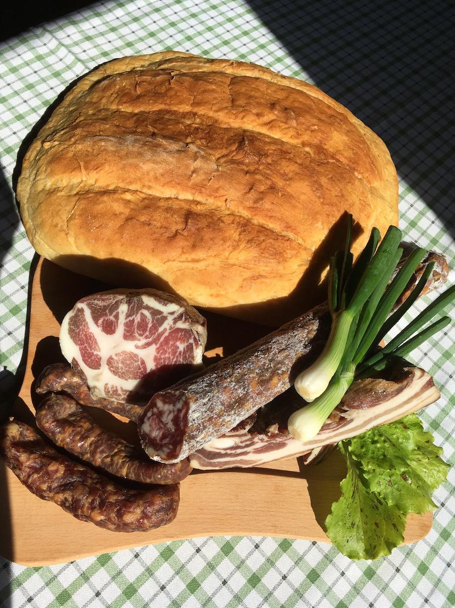 Suhomesnati izdelki in kromprijev kruh